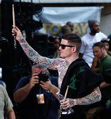 NOVA YORK-19 de julho: Andy Hurley do Fall Out Boy executa na NBC Today Show no Rockefeller Plaza em J
