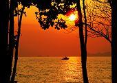 Постер, плакат: Тропический закат с морем и лодка Остров Ланта Таиланд