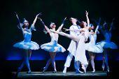 escena del ballet con iluminación azul interesante