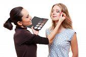 maquiador profissional aplicando a sombra de olho. isolado no fundo branco