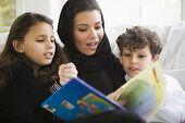 nahöstlichen Familie lesen Buch zusammen zu Hause