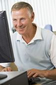 Постер, плакат: Старший мужчина на компьютере