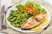 Peixe frito com salada e feijão verde