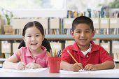 Dos estudiantes en la clase de escritura