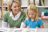 Estudiante en la lectura de la clase con profesor