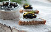 Caviar on bread with cream cheese