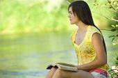 Постер, плакат: Молодая женщина чтения Библии