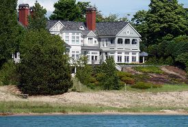 foto of mansion  - A large beachfront mansion in Harbor Springs - JPG