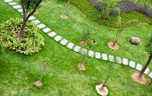 Stepping stones door een rustige tuin in China