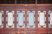 Постер, плакат: Китайский старые деревянные двери в старинном здании этот стиль был использован несколько сотен лет назад
