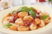 Gnocchi di patata, fideos de patata italiano con salsa de tomate y albahaca