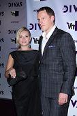 LOS ANGELES - 16 de dezembro: Elisha Cuthbert, Dion Phaneuf chegando 2012 show VH1 Divas no Shrin
