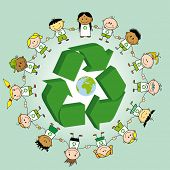 Recycling Ring. Kinder Hand in Hand, um ein Recycling-Symbol und die Erde