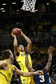 BROOKLYN-DEC 15: Michigan Wolverines guarda Trey Burke (3) tiros contra o West Virginia Mountaine