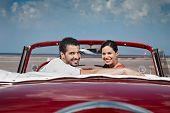 Homem e mulher bonita, abraçando no carro Cabriolet
