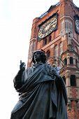 Het standbeeld van de beroemde astronoom Nicholas Copernicus