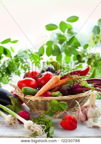 Постер, плакат: Различные свежие овощи на столе, холст на подрамнике