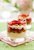 Trifle de fresas y mascarpone en gafas