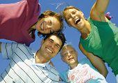 Junge Familie ist an einem sonnigen Tag herumspielen. Schlüsselwort für diese Sammlung ist family7