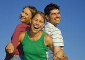 Drei Freunde auf eine Summerday herumalbern. Schlüsselwort für diese Sammlung ist family7