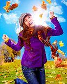 joven feliz con follaje en otoño