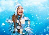chica guapa con un montón de copos de nieve