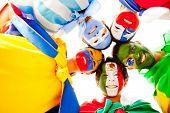 Feliz grupo de pueblos latinoamericanos sonriendo