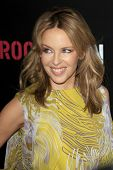 LOS ANGELES - 9 de fevereiro: Kylie Minogue chega a ROC NATION anual Brunch pré-Grammy à H do Soho