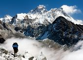 vista do Everest de Gokyo com turista no caminho para Everest - Nepal