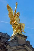 pic of flambeau  - A golden sculpture seen in Dresden - JPG