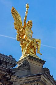 picture of flambeau  - A golden sculpture seen in Dresden - JPG