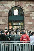 Apple Starts Iphone 6 Sales With Customers Waiting In Front Of The Store