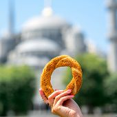 foto of bagel  - Holding turkish bagel with Blue Mosque on background - JPG