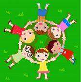 De kinderen die liggen op het gras