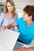 Mutter Überwachung Teenager-Sohn mit laptop