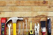 Closeup de herramientas de trabajo clasificados en madera