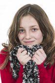 Pré adolescente posando com lenço realizada ao queixo