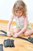 Bonita chica jugando con trenes