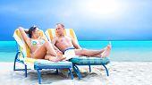 Vista posterior de una pareja en una tumbona relax en la playa