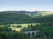 Panoramablick mit Viadukt in der Nähe von Daun