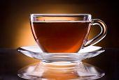 Xícara de chá preto, isolado em um fundo preto