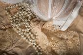 Ropa interior, Perlas y sujetador femenino