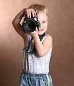 niño en estudio con cámara profesional