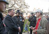 Devon und Cornwall Polizei Film besetzen Exeter Veranstalter Ghee Bowman im Gespräch mit Schauspiel-Dean