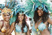 Mujeres bellas de Caribana brillante desfilan traje