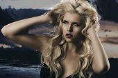 Beauty Portrait Of Blonde Mädchen mit den Händen In den Haaren