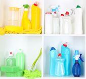 Estantes en despensa con limpiadores de primer plano de la casa