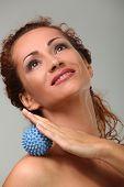 Edad hermosa mujer caucásica masajes a sí misma