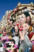 VALENCIA, España - 17 de marzo: Una típica falla en fiesta de Fallas en 17 de marzo de 2010 en Valencia, España. TH