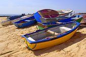 Coloridas barcas de remo